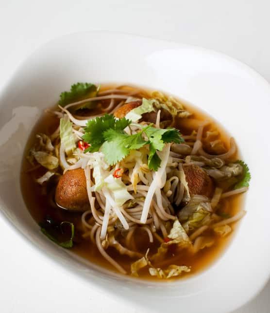 Cuisiner végé : recette de soupe-repas aux boulettes de lentilles