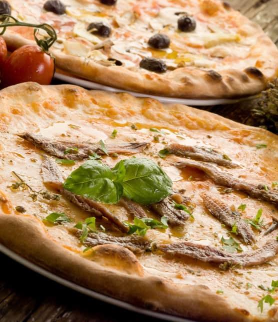 Pizza farcie de chicorée, anchois, pignons et raisins secs