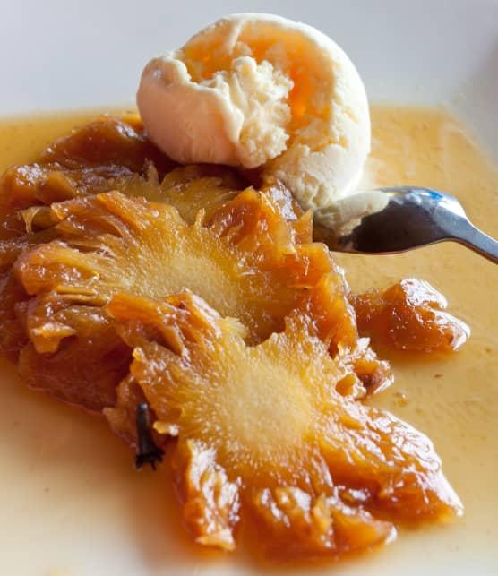 Ananas glacé au miel de sarrasin et cardamome, flambé au rhum et noix caramélisées épicées
