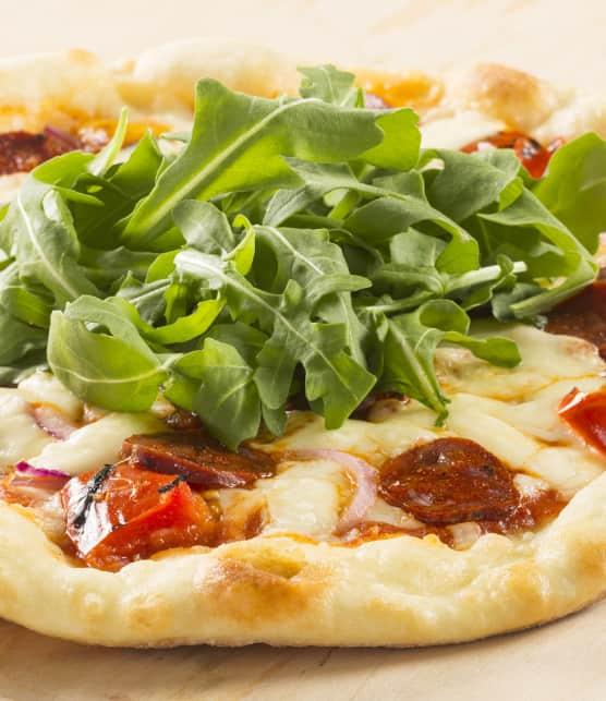 Pizza au chorizo et fromage cheddar en grains
