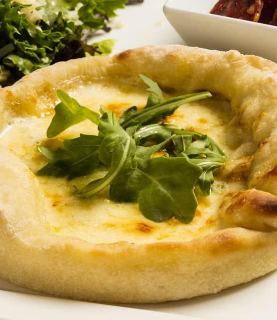 Pizza poêlée de type fondue au fromage