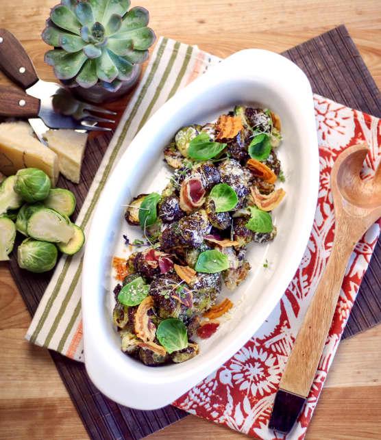 Salade de choux de Bruxelles rôtis, sauce ranch et croustilles de pancetta