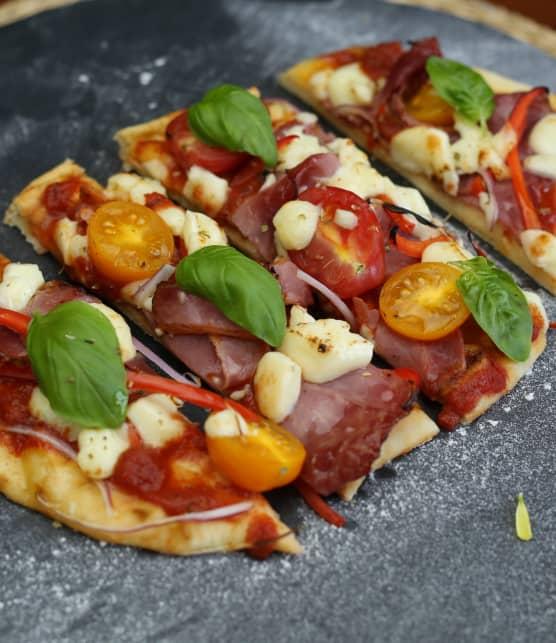 Naan pizza, viande fumée, fromage en grains
