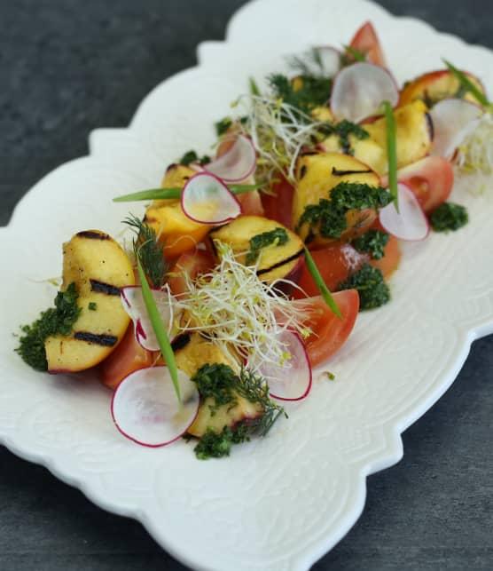 Salade de pêches grillées, vinaigrette aux fines herbes
