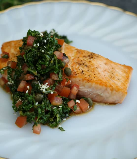 Filet de saumon rôti, kale et tomates