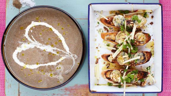 Soupe aux champignons, croûtons au Stilton, pommes et noix