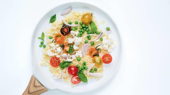 couscous aux petits pois, tomates cerises fraîches, basilic et feta