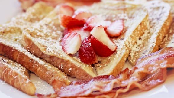 Pain doré, petits fruits et bacon fumé