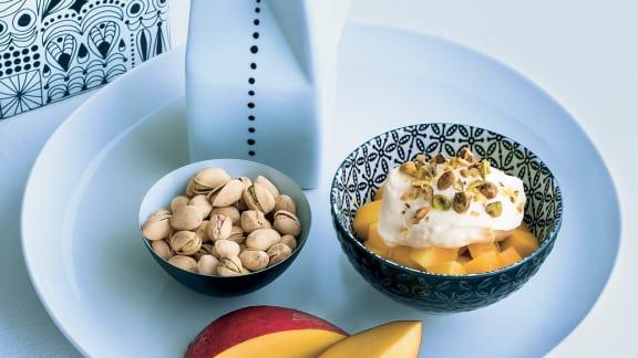 cubes de mangue, crème fouettée au miel et pistaches