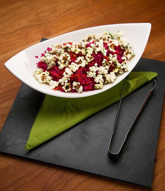 Salade de chou rouge et maïs éclaté