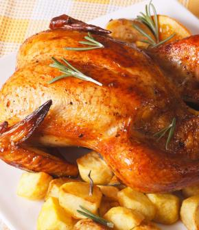 Comment cuire un poulet entier au four?