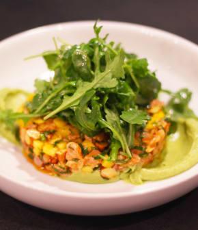 Tartare de saumon à la mangue, lime, coriandre et pistaches