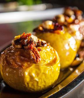 Recette de pomme rôtie farcie de noix et de fruits