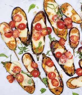 Aubergines grillées au fontina fondu, tomates fraîches et basilic