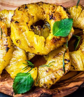 Ananas grillés, sauce au caramel