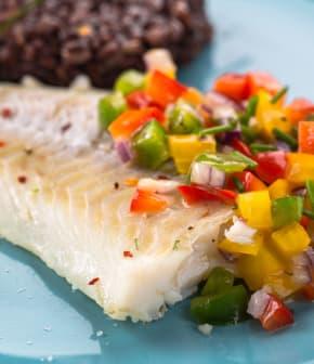 Filet de morue et salsa à la pêche
