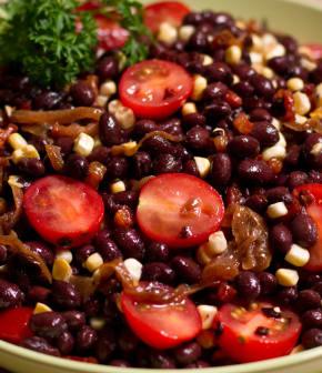 salade vite faite aux haricots noirs et aux oignons caramélisés