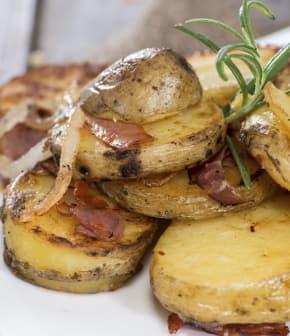 pommes de terre rôties aux oignons, au romarin et à la pancetta