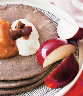 ploye de sarrasin avec sa compote de dattes et pommes