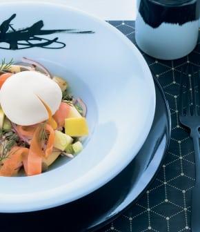salade repas, pommes de terre, éclats de saumon et œuf poché