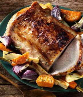 porc glacé à l'érable avec légumes-racines rôtis