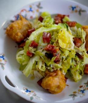 salade de chou de Savoie et beignets de pommes et cheddar