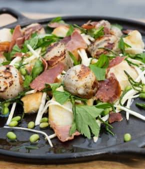 salade de céleri-rave, salicorne, pétoncles et prosciutto