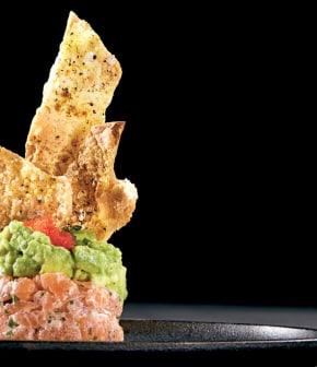 tartare de saumon, avocat et chips de tortillas
