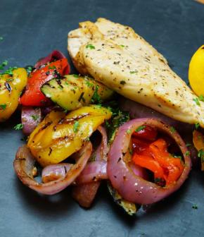 poitrine de poulet au yogourt, salade tiède de légumes grillés