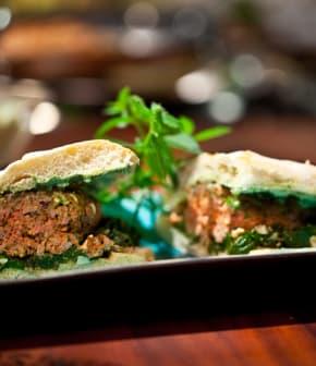 kebab sauce à la feta crémeuse et poêlée d'épinards