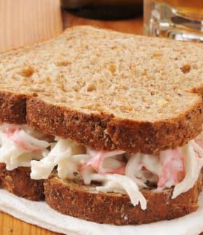 petits sandwichs au crabe et à l'avocat