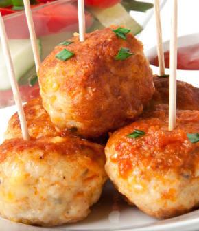 boulettes de poulet au paprika et tomates grillées en brochettes