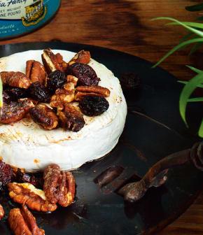 brie fondu aux pacanes, canneberges et sirop d'érable