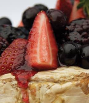 fromage brie sur planche de cèdre accompagné de petits fruits frais