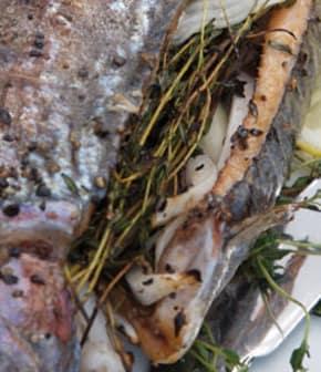 truite entière grillée dans le panier pour poisson