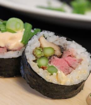 maki au filet mignon, aux asperges et aux champignons