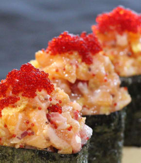 gunkan au tartare de saumon, aux fraises et aux chips