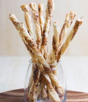 pailles au gouda fumé et aux graines de sésame