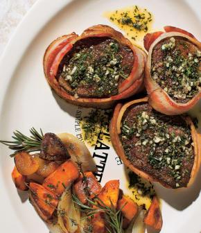 médaillons de bœuf, bacon et herbes fraîches