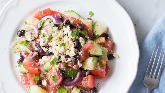 Bol de salade grecque protéinée au tofu