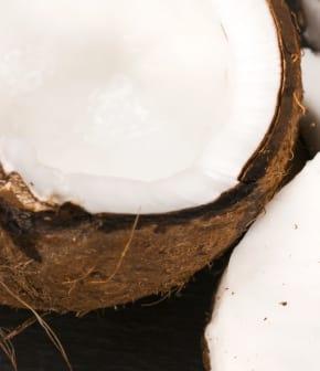 Comment ouvrir une noix de coco et retirer son eau