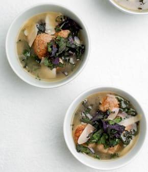 soupe aux boulettes de poulet, kale et parmesan