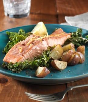 saumon rôti avec pommes de terre et chou vert