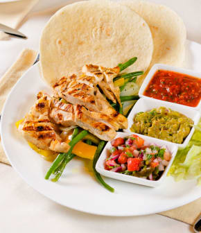 poulet grillé, guacamole et salsa fruitée