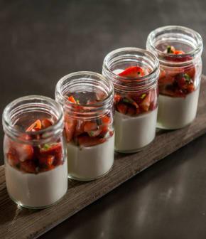 yaourt de bufflonne au chocolat blanc, salade de fraises à l'estragon
