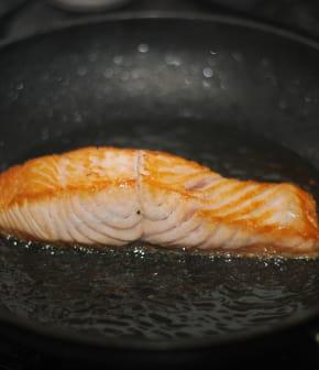 saumon frit et oeufs brouillés