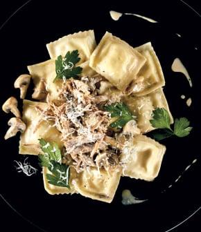 raviolis, ricotta, confit de canard, champignons et fond de viande