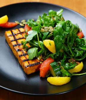 steak du tofu mariné et grillé sur salade de roquette aux agrumes