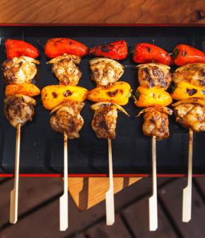 mini-brochettes de lotte sur le BBQ aux épices espagnoles