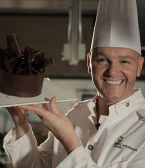 Décorer un gâteau avec la technique «Choc thermique» selon Éric Harvey